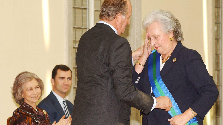 La infanta Pilar recibe un reconocimiento de manos del rey Juan Carlos, en 2003. (Getty)