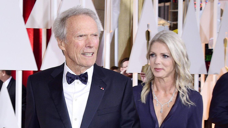 Foto: Clint Eastwood y Christina Sandera, en la reciente gala de los Oscar (EFE)