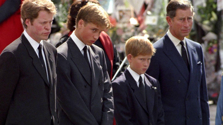 Charles Spencer, junto a Guillermo, Harry y Carlos en el funeral de Diana. (Getty)