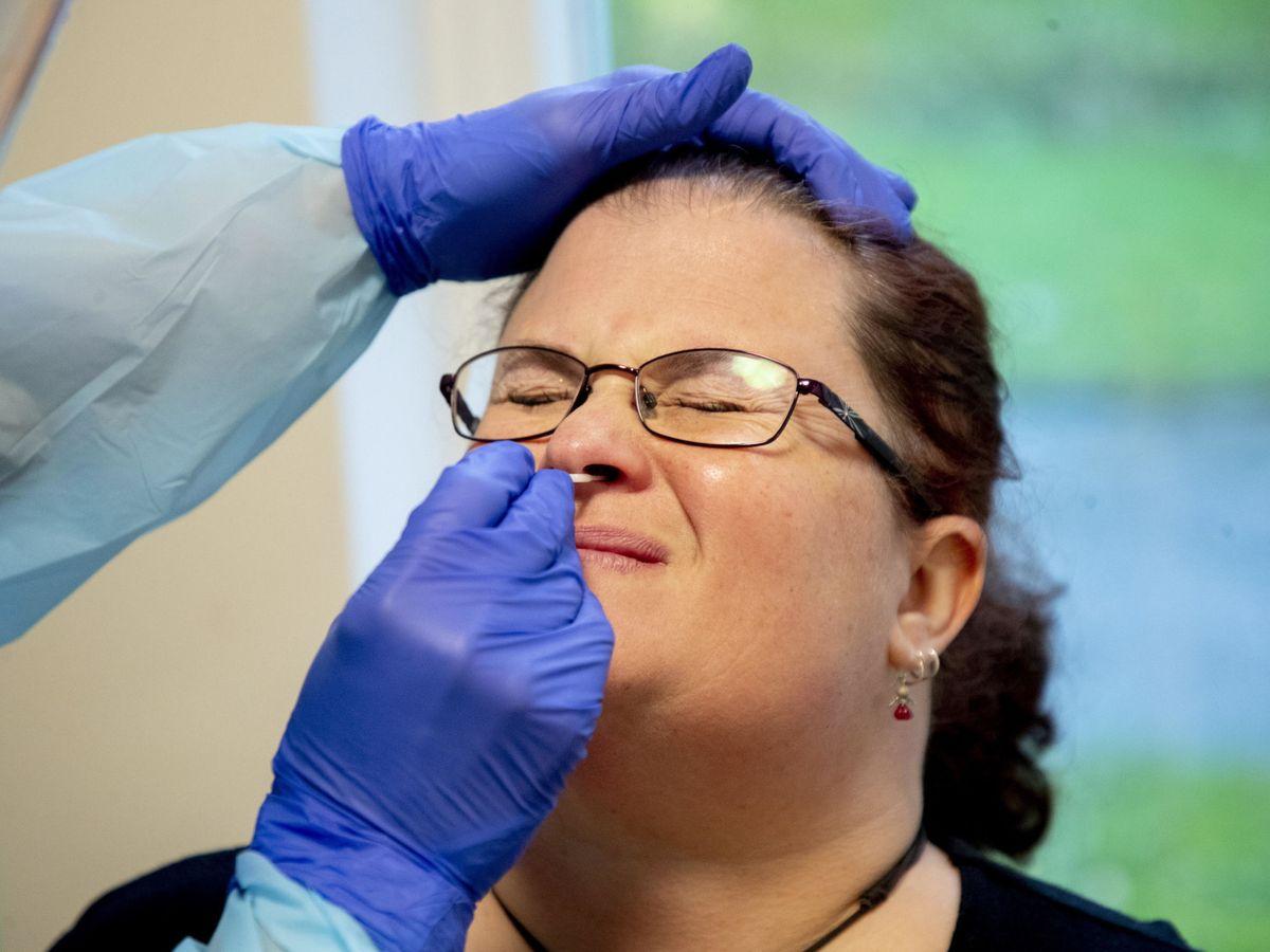 Foto: Una mujer toma un test rápido de covid en Suecia. (EFE)
