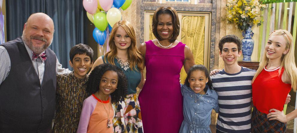 Foto: Michelle Obama posa con el reparto de 'Jessie'. (Disney Channel)