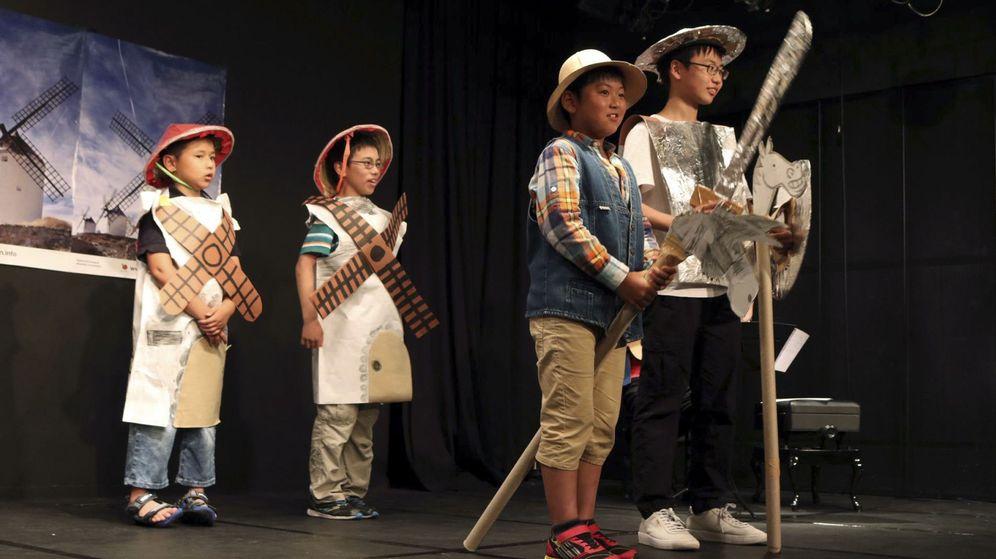 Foto: Representación infantil de El Quijote en las tablas del Instituto Cervantes de Tokio. (EFE)