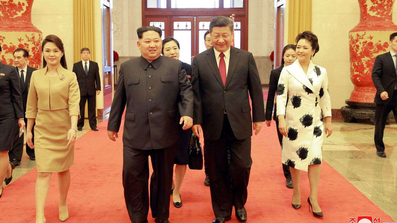 Junto a Kim Jong-un y su mujer. (Reuters)