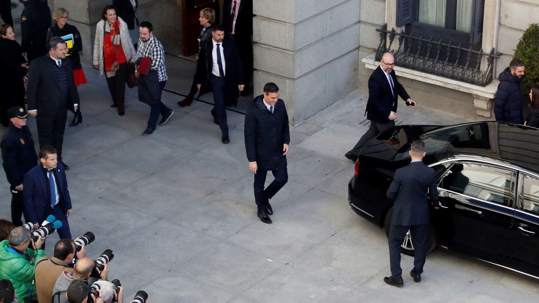 El presidente del Gobierno en funciones, Pedro Sánchez, abandona el Congreso de los Diputados al final de la segunda jornada del debate. (EFE)