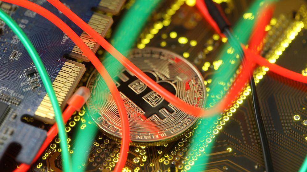 Foto: Representación de un bitcoin (Reuters)