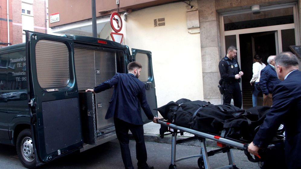 Foto: Dos personas trasladan el cadáver de una mujer de 41 años, hallado este lunes por la Policía Local de Gijón con evidentes signos de violencia. (EFE)