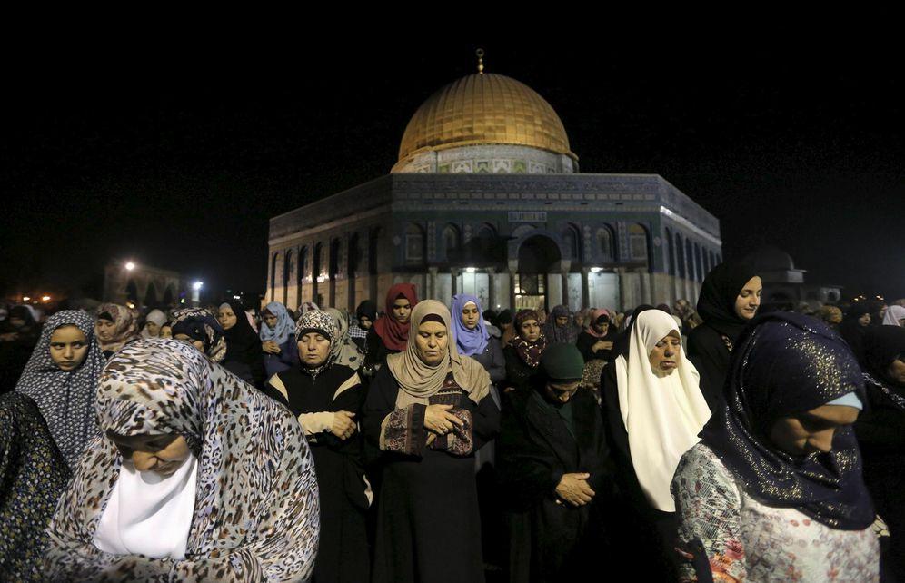 Foto: Fieles musulmanas rezan en frente de la Cúpula de la Roca, en la Explanada de las Mezquitas, en Jerusalén, el 13 de julio de 2015 (Reuters).