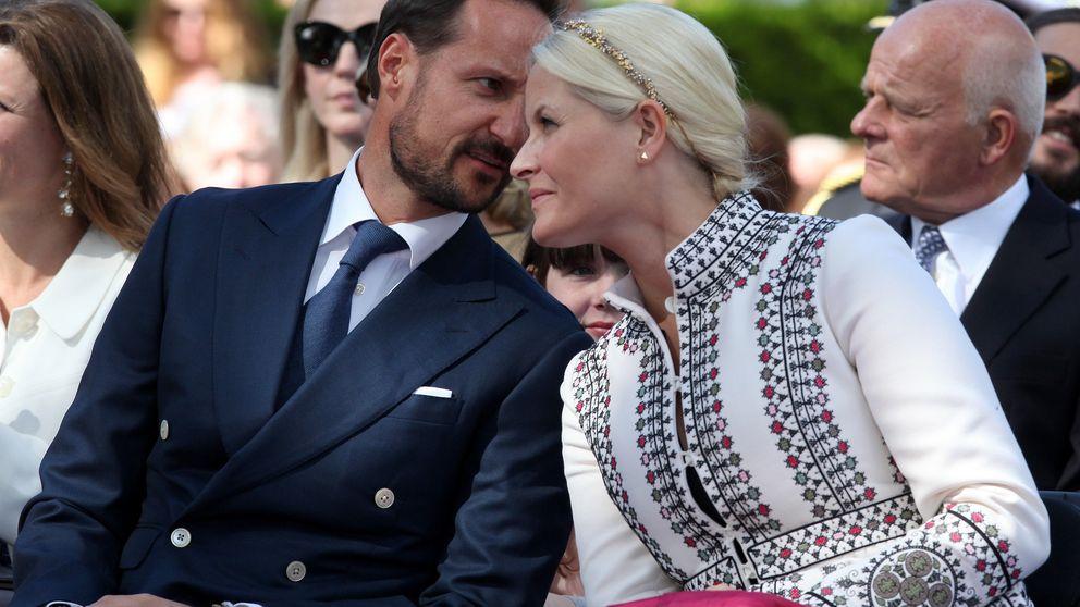 La princesa Mette-Marit vuelve a sufrir un percance estilístico en sus medias