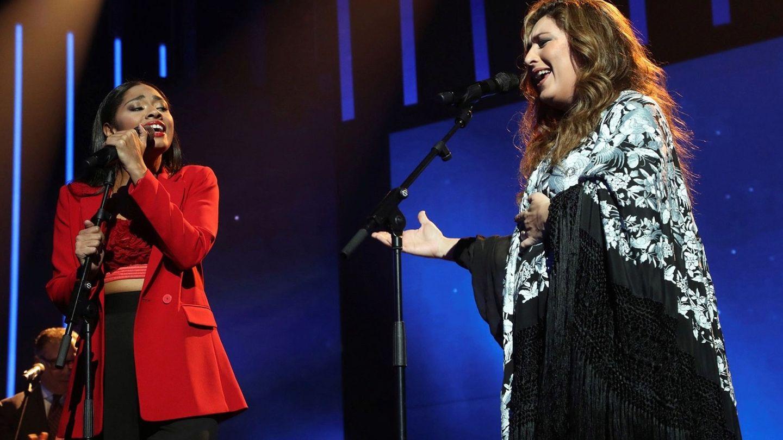 Nia, concursante de Operación Triunfo, y Estrella Morente, interpretando 'Volver'. (EFE)
