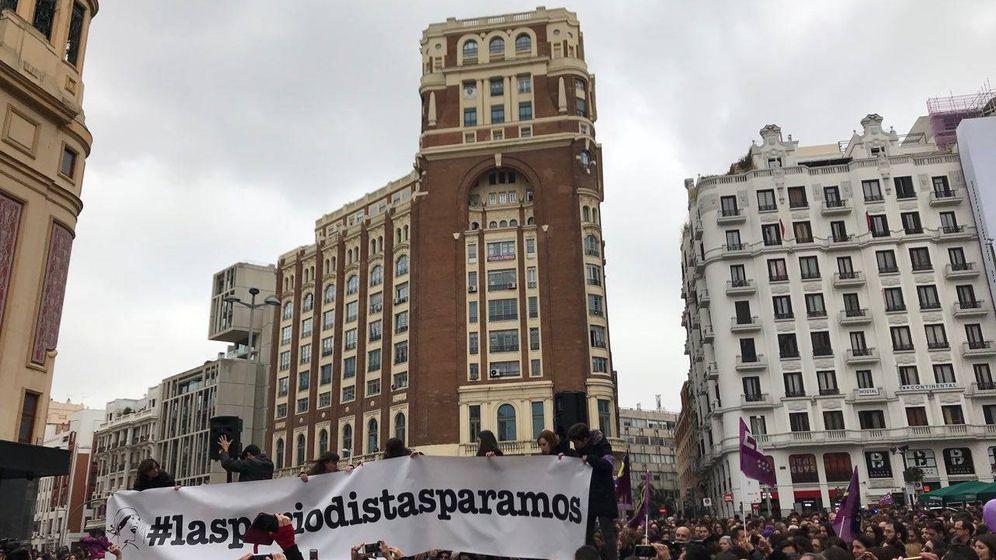 Foto: Lectura del manifiesto #Lasperiodistasparamos (G. C.)