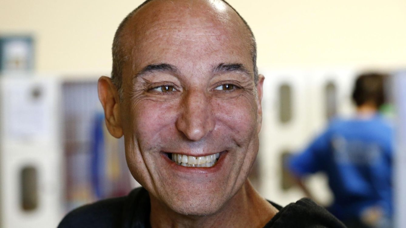 Foto: Hollywood mogul and co-creator of the simpsons, sam simon, smiles while visiting the san diego humane society after he financed the purchase of a chinchilla farm in vista