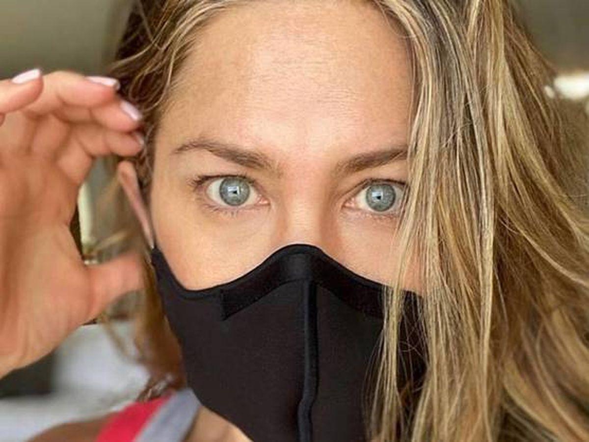 "Foto:  Jennifer Aniston, usando ""una maldita mascarilla"". (IG @jenniferaniston)"