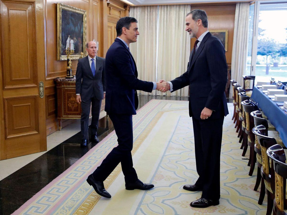 Foto: El Rey saluda a Pedro Sánchez a su llegada al consejo de ministros en Zarzuela. (EFE)