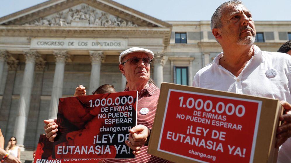 Foto:  'Change.org' entrega en el Congreso más de un millón de firmas para solicitar que se despenalice la eutanasia en España. (EFE)