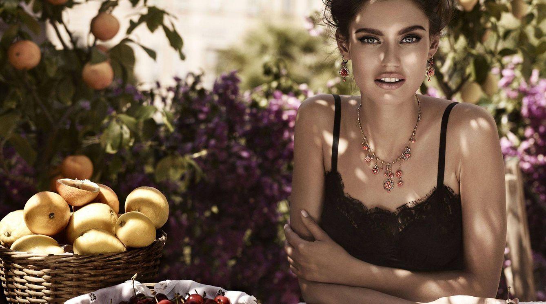 Foto: Sol y sombra. Trucos para broncearte antes de poner rumbo a la playa (Foto: Dolce & Gabbana)