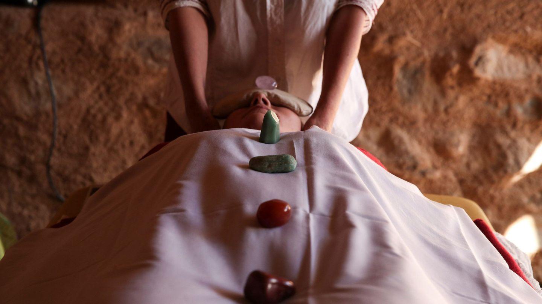 Una mujer disfruta de una terapia de masaje.