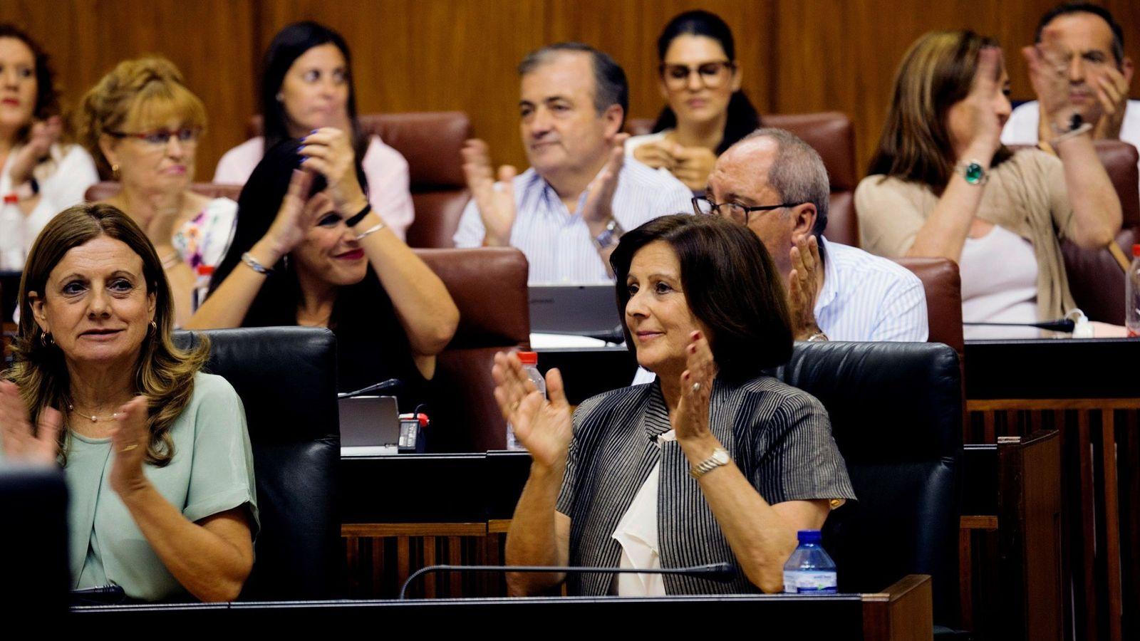 Foto: La consejera de Igualdad, María José Sánchez Rubio (d), tras aprobar la Ley para la Promoción de la Igualdad de Género en Andalucía. (EFE)