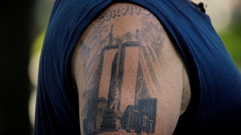 Tatuaje de las Torres Gemelas con la Estatua de la Libertad en el centro. (Reuters)