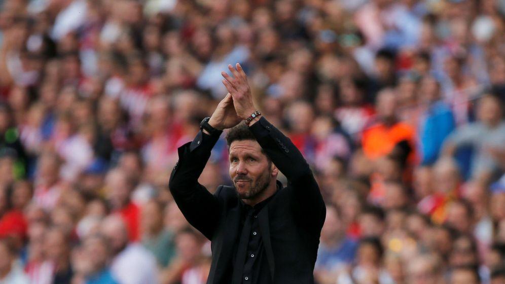 Foto: Simeone saluda a la entregada afición del Atlético de Madrid (Reuters)