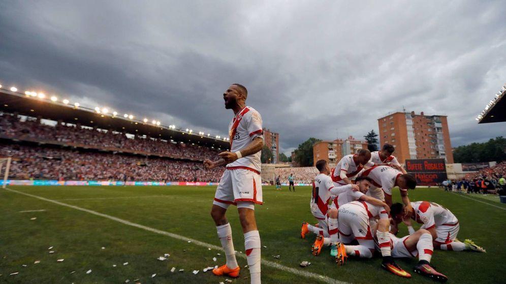 Foto: Bebé celebra un gol en Vallecas (EFE)