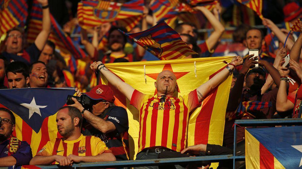 Foto: Aficionados del FC Barcelona, con la estelada antes de la final de la Copa del Rey. (Reuters)