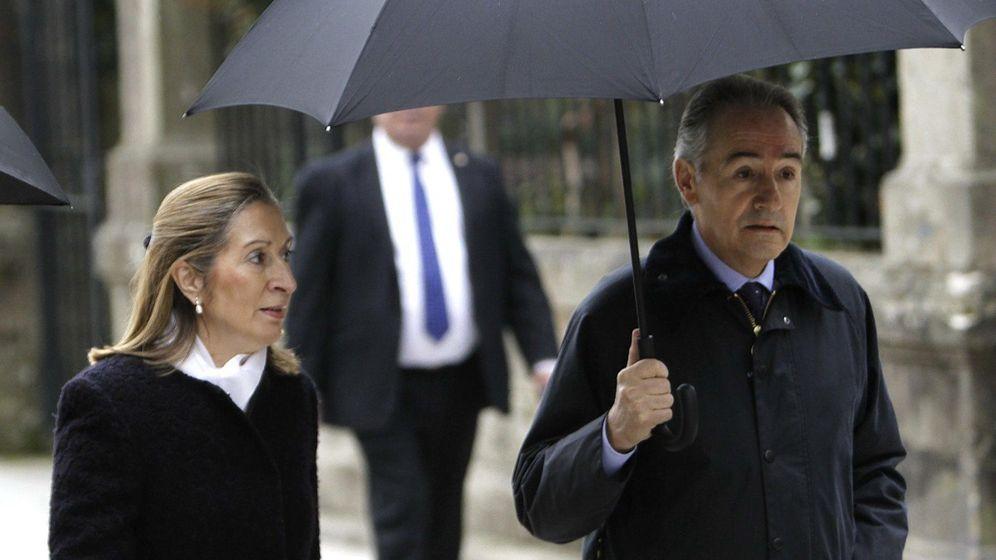 Foto: Ana Pastor y José Benito Suárez, su marido, en el funeral por Luis Rajoy, hermano del expresidente. (EFE)