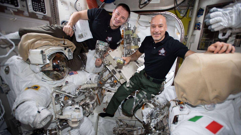 El astronauta de la NASA Andrew Morgan (i) y el comandante de la Agencia Espacial Europea (ESA), el italiano Luca Parmitano (d), en una foto de archivo en la Agencia Espacial Internacional. (EFE)