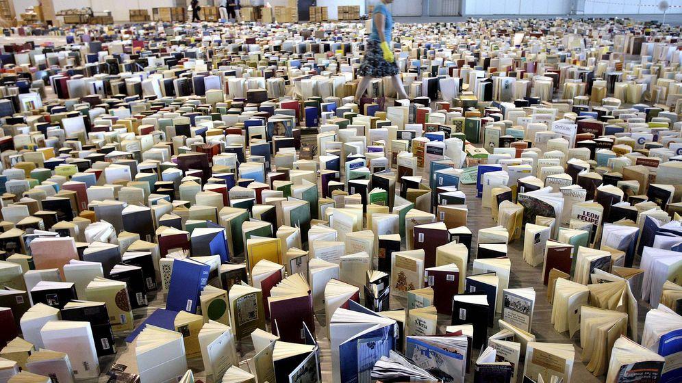 Foto: Una mujer en un mar de libros en Ginebra (Suiza). (Efe)