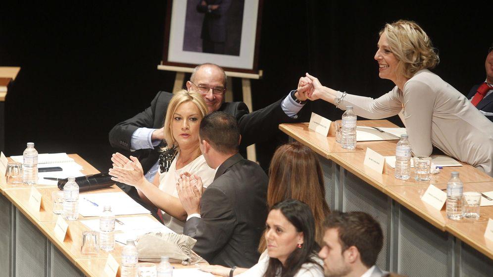 Foto: El grupo del PP de Parla, el día del a investidura del alcalde, Luis Martínez Hervás. (EFE)