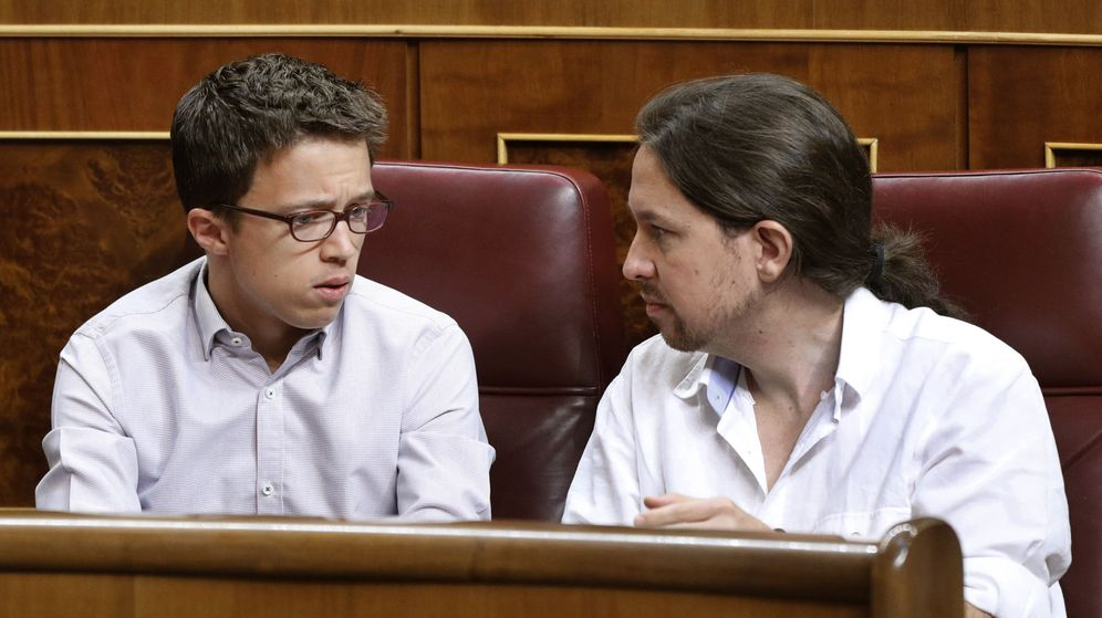 Foto: El secretario general de Podemos, Pablo Iglesias (d), y el portavoz del Grupo Podemos-En Comú-En Marea, Íñigo Errejón, durante la sesión constitutiva de las Cortes. (EFE)