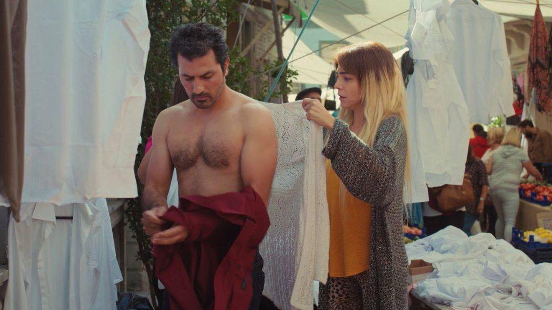 Arif se descamisa para ayudar a vender las camisas en el mercadillo. (Atresmedia)