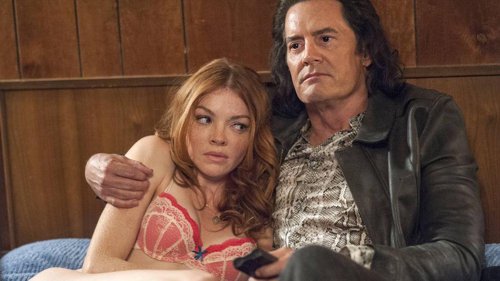 Foto: Nicole LaLiberte y Kyle MacLachlan en una escena del regreso de 'Twin Peaks'.