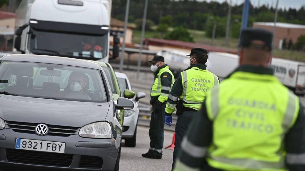 Foto: Miembros de la Guardia Civil realizan un control de carretera. (EFE)