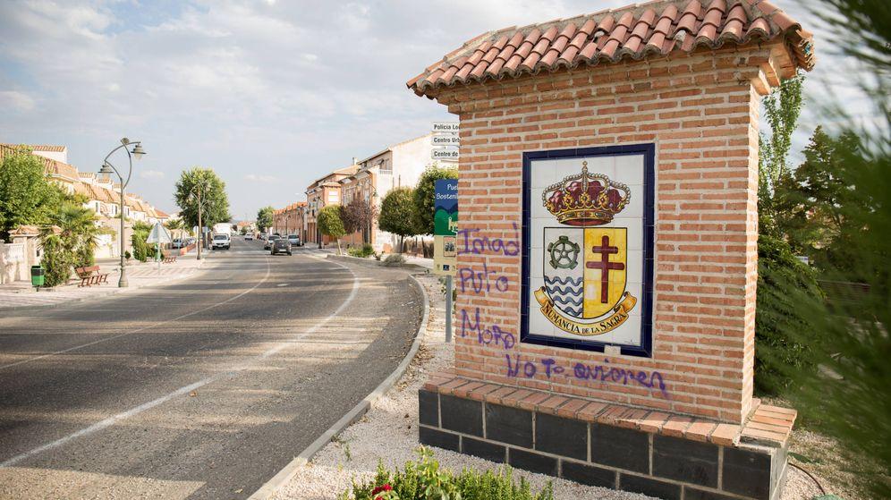 Foto: Escudo municipal de Numancia de la Sagra, con la noria de agua característica de Azaña. (D.B.)