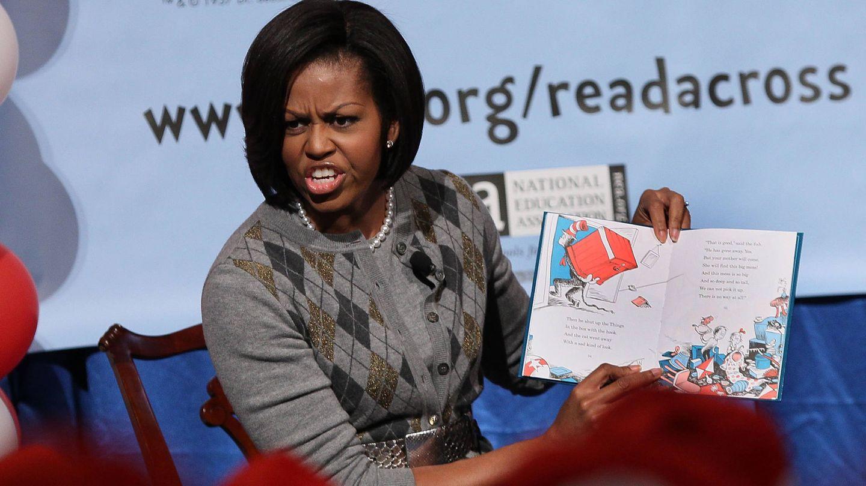 Michelle Obama, leyendo un libro del Dr. Seuss. (Getty)