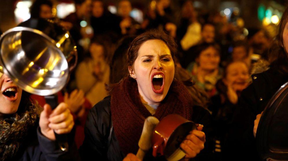 Foto: La Comisión 8-M da el pistoletazo de salida a la huelga feminista con una cacerolada en la Puerta del Sol, en Madrid. (EFE)