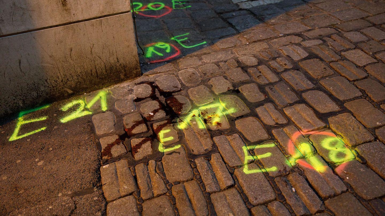 Manchas de sangre en la escena del crimen, donde se perpetró el atentado. (Reuters)