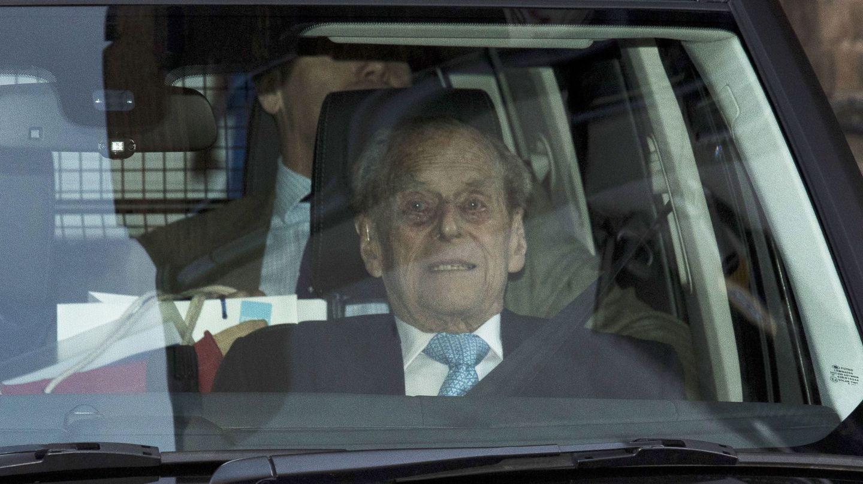 El príncipe Felipe abandona el hospital rumbo a Sandringham. (EFE)