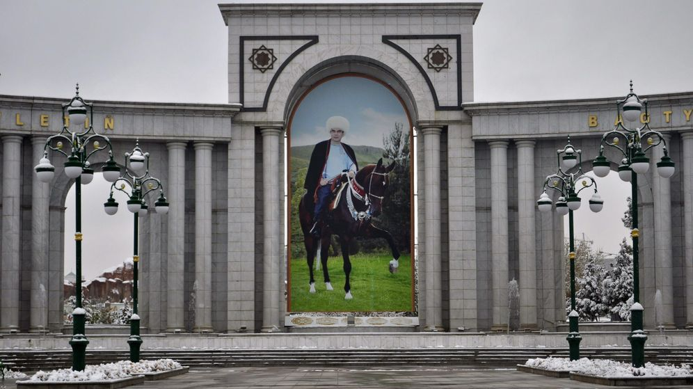 Foto: Un monumento en Asjabad, capital de Turkmenistán. (EFE)