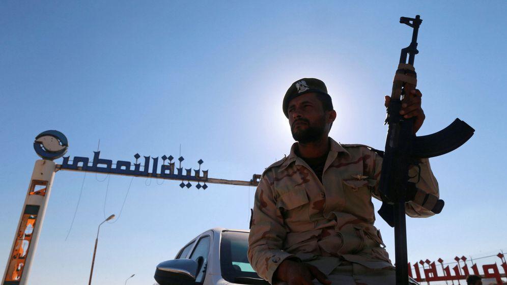 Foto: Un miembro de las fuerzas leales al general Jalifa Haftar monta guardia frente a una terminal petrolífera en Zueitina, al oeste de Bengasi. (Reuters)