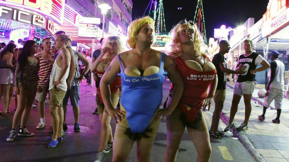 Foto: Imagen de dos turistas en la calle Punta Ballera de Magaluf. (Reuters)