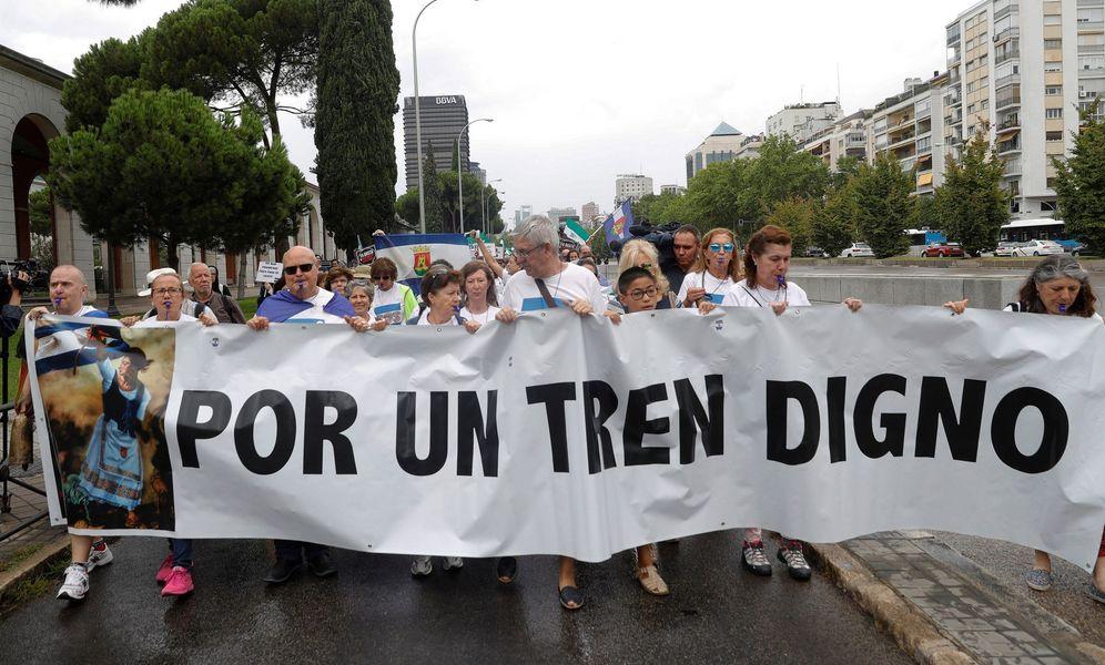 Foto: Manifestación para exigir un tren digno para Extremadura. (EFE)
