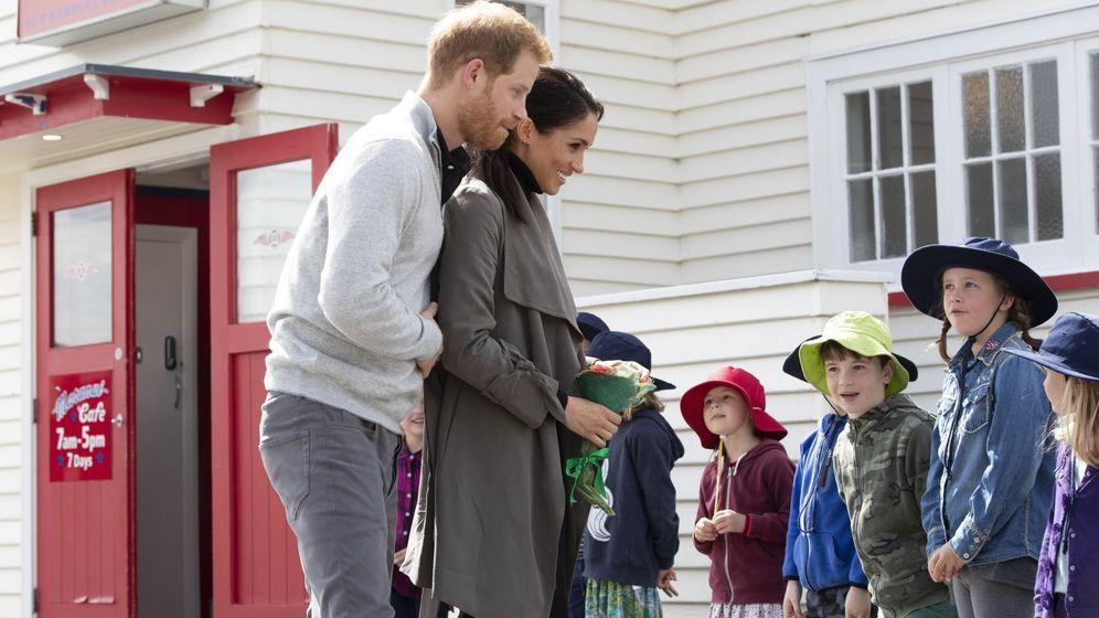 Foto: Los Duques de Sussex rodeados de niños. Meghan embarazada y como siempre, muy estilosa (EFE)