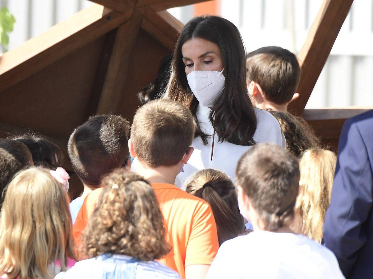 Foto: La Reina, con algunos alumnos. (LP)
