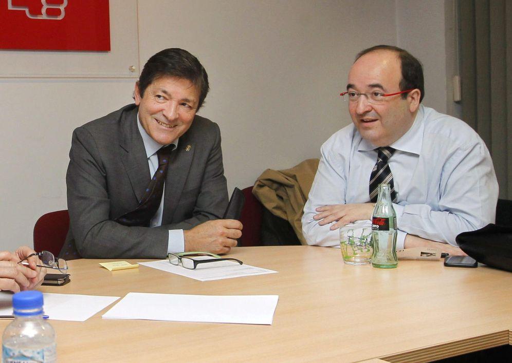 Foto: Javier Fernández y Miquel Iceta, durante una reunión en Oviedo en la sede de la Federación Socialista Asturiana, en marzo de 2015. (EFE)