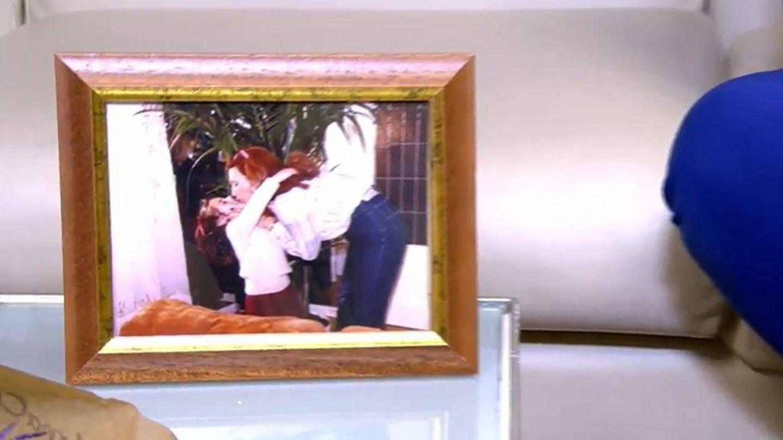 La foto que Rocío acarició antes de entrar a plató. (Mediaset)