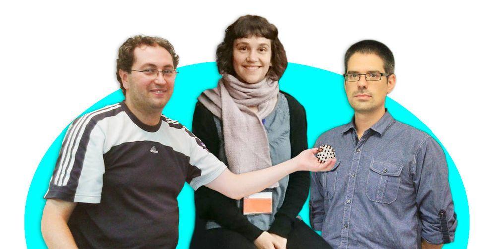 Foto: Los investigadores César González (izquierda), Elisa Oteros y Daniel Manzano.
