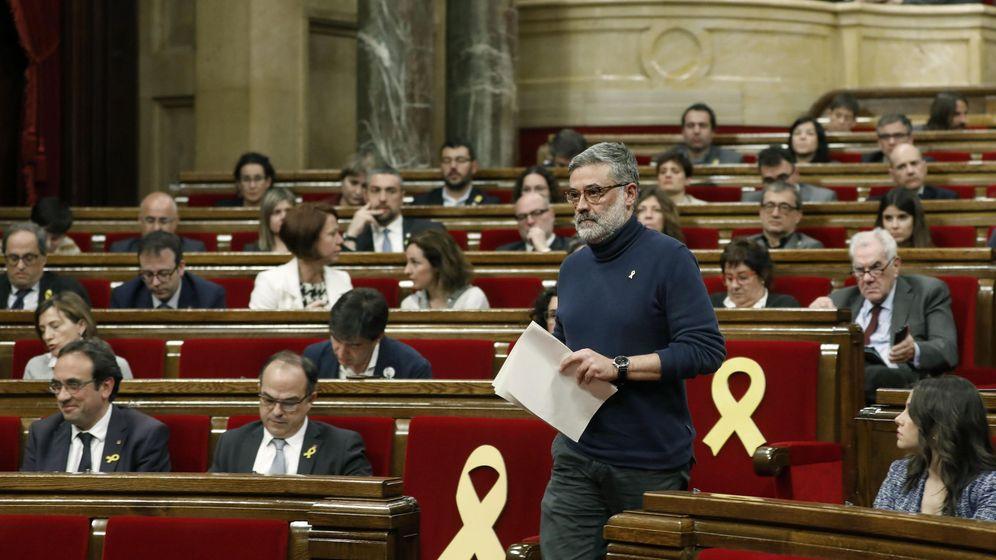 Foto: El diputado de la CUP Carles Riera se dirige a realizar su intervención en el debate de investidura. (EFE)