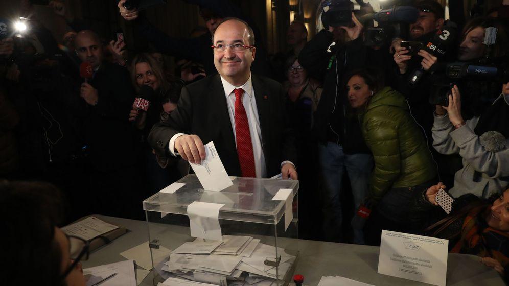Foto: El líder del PSC Miquel Iceta, en el momento de votar en su colegio electoral de Barcelona. (EFE)