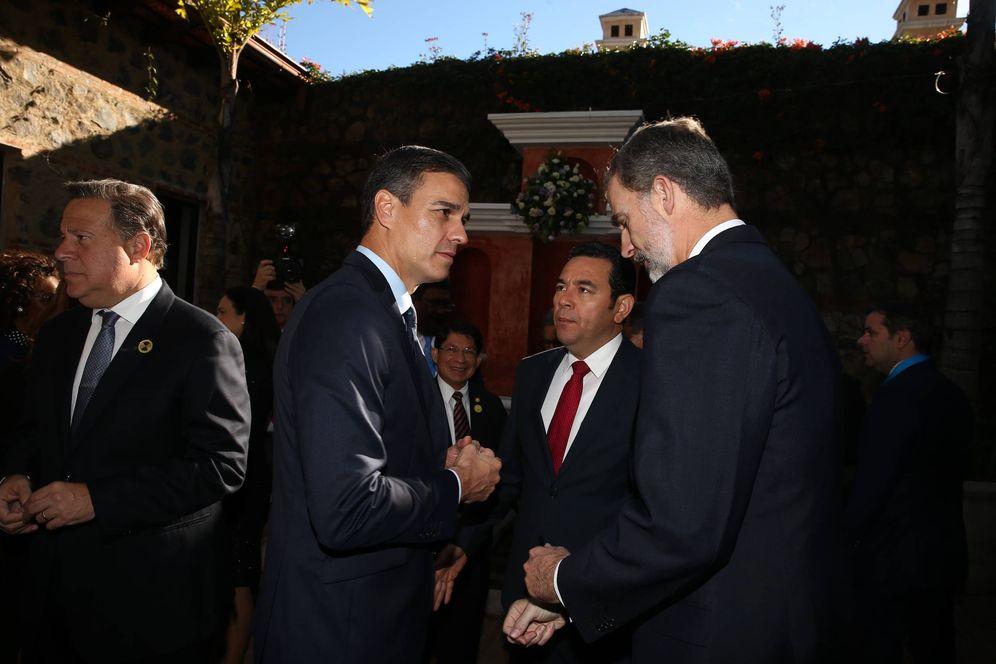 Foto: Pedro Sánchez charla con el rey Felipe VI durante la XXVI Cumbre Iberoamericana, este 16 de noviembre en Antigua, Guatemala. (Pool Moncloa)